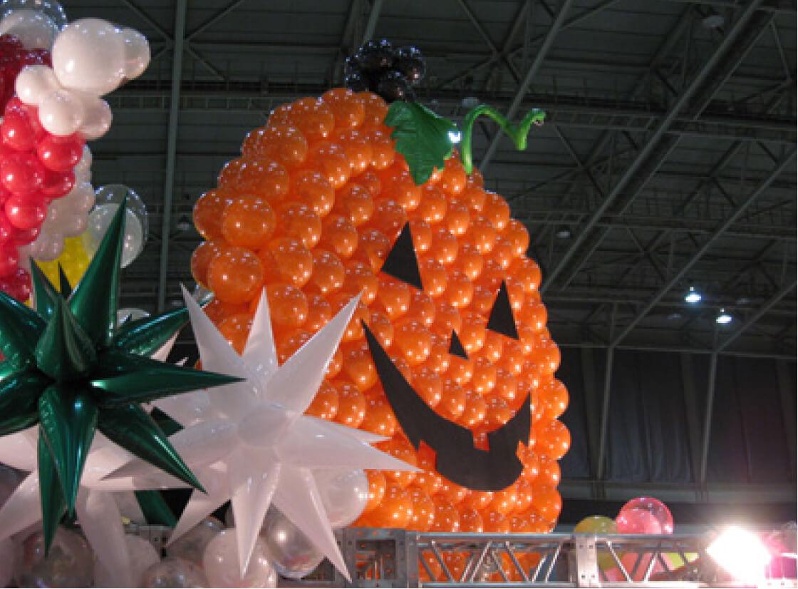 宙に浮かぶ風船はとにかく目立つ。展示会のブース装飾はバルーンでアピール!